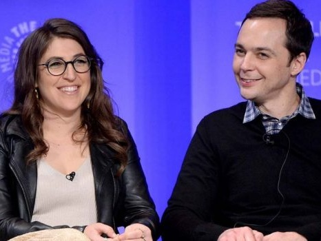 Reunion di The Big Bang Theory: Jim Parsons e Mayim Bialik al lavoro sul remake di Miranda, serie inglese con Tom Ellis