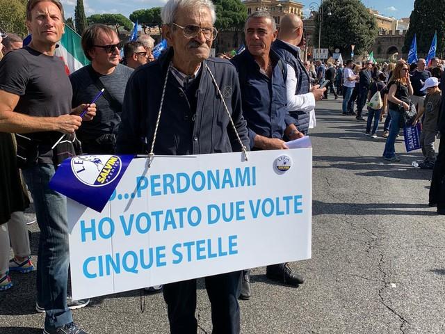 """Roma, anziano scende in piazza e chiede perdono: """"Ho votato due volte 5s"""""""