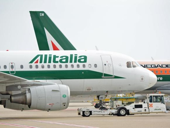 Alitalia, due strade per il salvataggio: Fs-Delta e l'incognita Atlantia