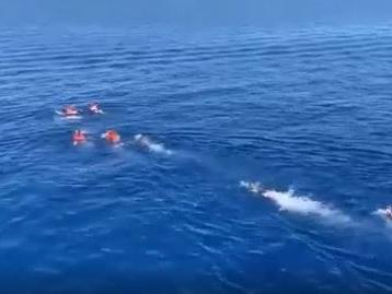 Open Arms, blitz dei migranti A nuoto verso Lampedusa