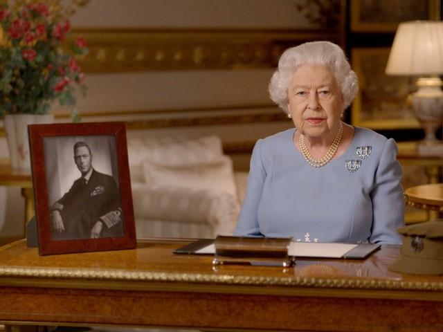 """Le ultime da corte: """"Per la regina sono giorni difficili. Elisabetta II continua a pregare"""""""