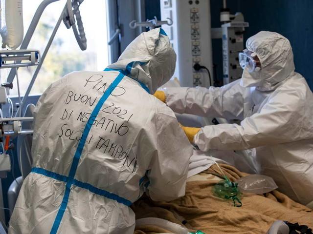 Covid, in Italia altri 620 morti In rianimazione situazione stabile: 2.587 i pazienti
