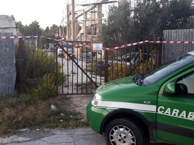 Carcasse di auto, cumuli di rifiuti, elettrodomestici: scoperta discarica abusiva nella zona industriale di San Salvo