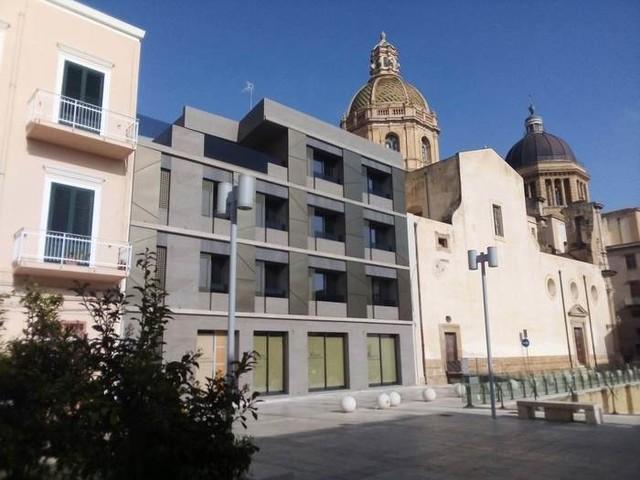 Facciata palazzo in marmo e vetri in centro storico,indagini