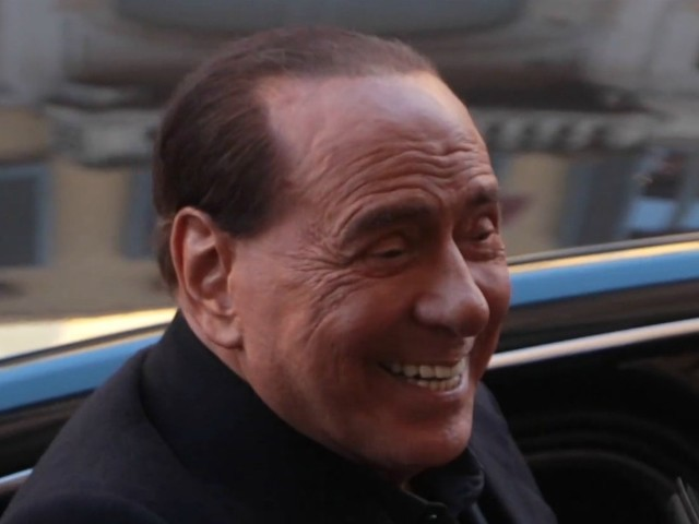 """Berlusconi, la battuta sul futuro di Fi: """"La soluzione per vincere? Iscriverci tutti alla Lega"""". Poi precisa: """"Noi mai nel Carroccio o con Renzi"""""""