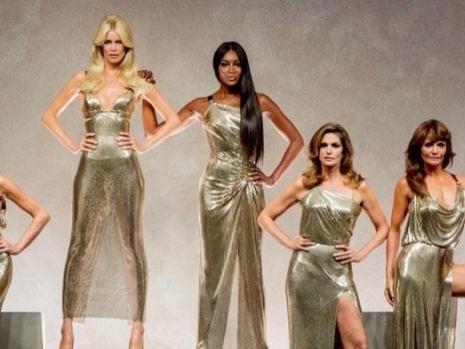 Le supermodel delle passerelle anni 039 90 sfilano in ricordo di Gianni Versace