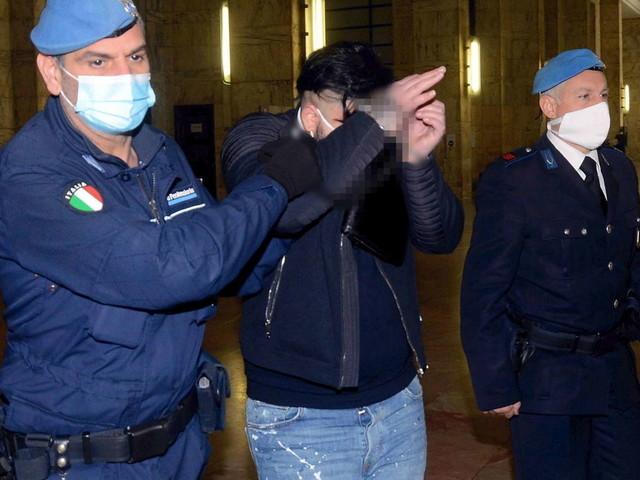"""Milano, bimbo ucciso di botte ma il padre in tribunale accusa la moglie   """"Io l'ho picchiato piano, lei lo ha ucciso"""""""