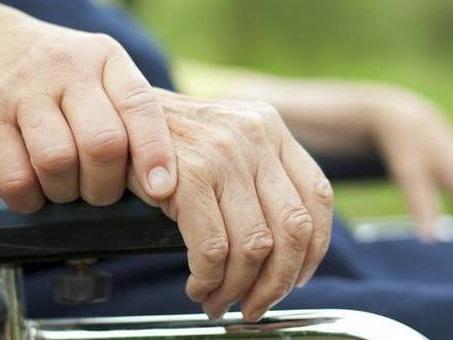 Parkinson, è possibile diagnosticarlo con l'olfatto: la malattia ha un odore