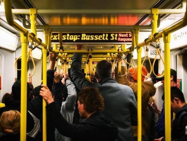 Covid a scuola: dentro (quasi) tutto bene, ai cancelli e sui mezzi pubblici restano gli assembramenti