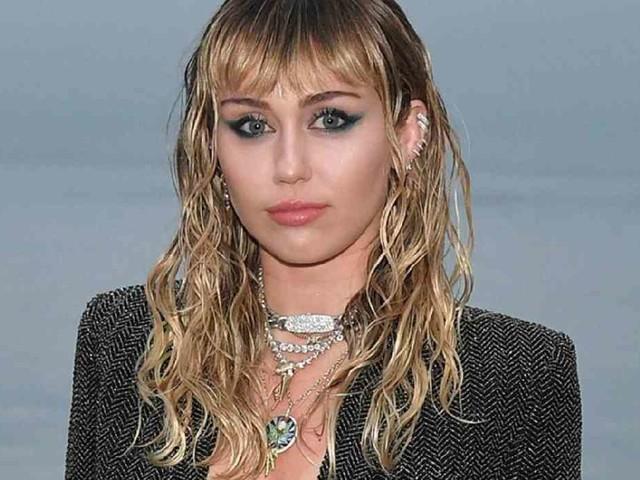 """Miley Cyrus scavalla il Club 27 ed è sobria """"da due settimane"""" – VIDEO"""