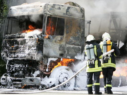 Camion in fiamme sull'A4, trasporta materiale esplosivo