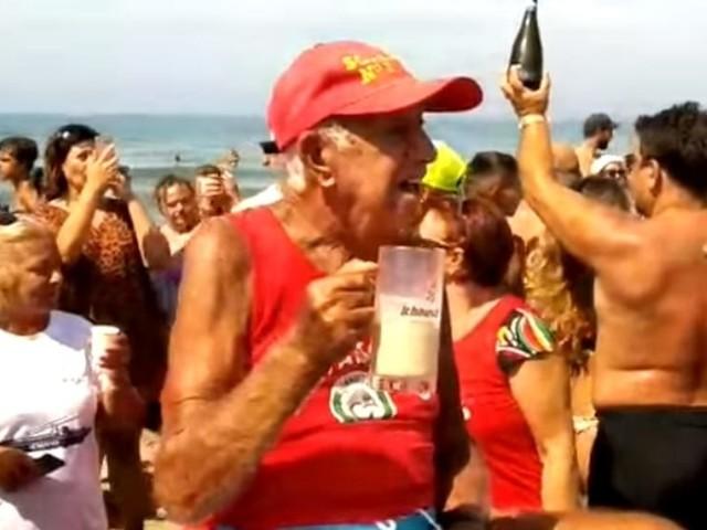 Torvaianica brinda a Nonno Pio, il bagnino leggenda simbolo del litorale compie 100 anni