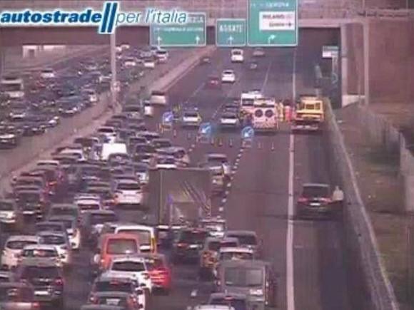 Auto si ribalta sull'autostrada A4 ad Agrate Brianza: morto un ragazzo di 27 anni