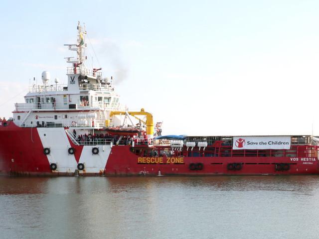 Inchiesta ong, la polizia perquisisce una nave di Save the Children a Catania