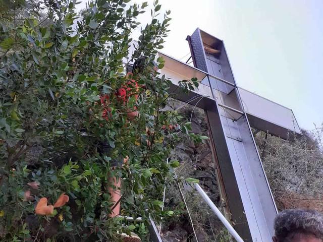 Atrani: torna a splendere la grande croce sulle pendici del Monte Aureo