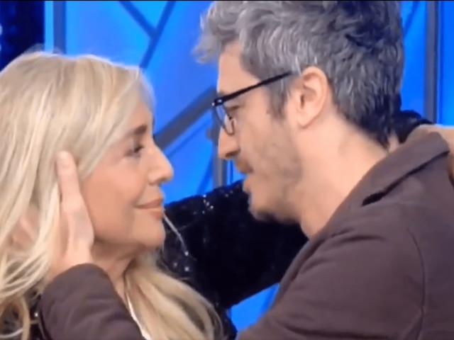Domenica In, il bacio sulle labbra tra Mara Venier e Pif   VIDEO