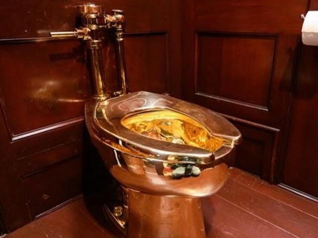Gran Bretagna, ladri portano via dal museo 'America', il water d'oro di Maurizio Cattelan