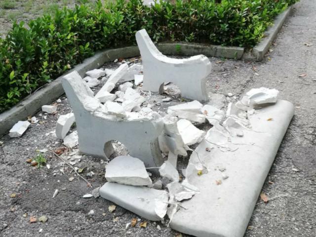 Taranto: villa Peripato. Perché? Altri sedili ancora danneggiati