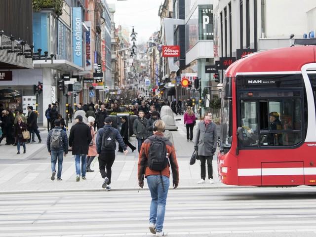 """Coronavirus – In Svezia limiti ai farmaci e stop a visite negli ospizi, ma bar e scuole restano aperti. I medici: """"Ci portano alla catastrofe"""""""
