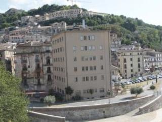 Hotel Jolly a Cosenza, scontro tra Oliverio e Occhiuto Il Tar blocca l'abbattimento e scoppia la polemica