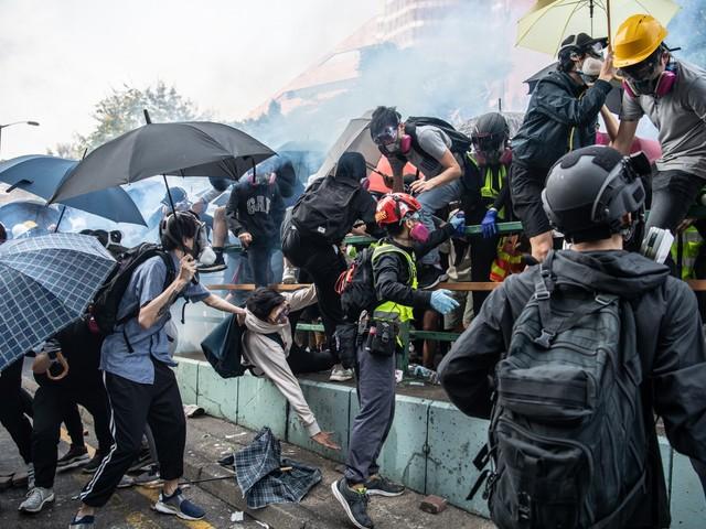 Hong Kong, esplode la rabbia: la polizia assedia il politecnico