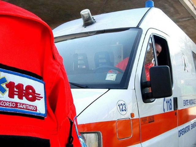 Milano, donna travolta da una moto mentre attraversa la strada: è gravissima