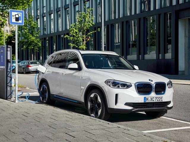BMW iX3, continua lo sviluppo del restyling del SUV elettrico