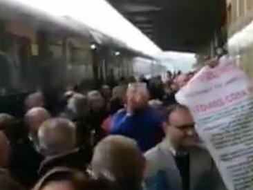 """Destinazione Italia, il treno di Renzi arriva a Vasto. In stazione viene accolto dal coro """"Buffone, buffone"""""""