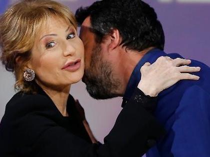 Matteo Salvini manda in onda Lilli Gruber e Lucia Annunziata: come le accolgono i leghisti in piazza