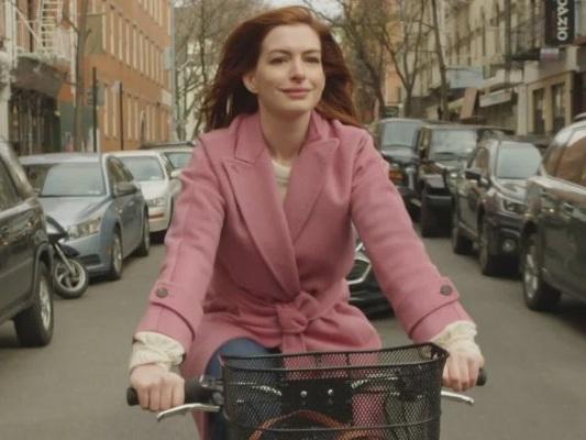 Modern Love: nuovo trailer per la serie Amazon con Anne Hathaway e Tina Fey!