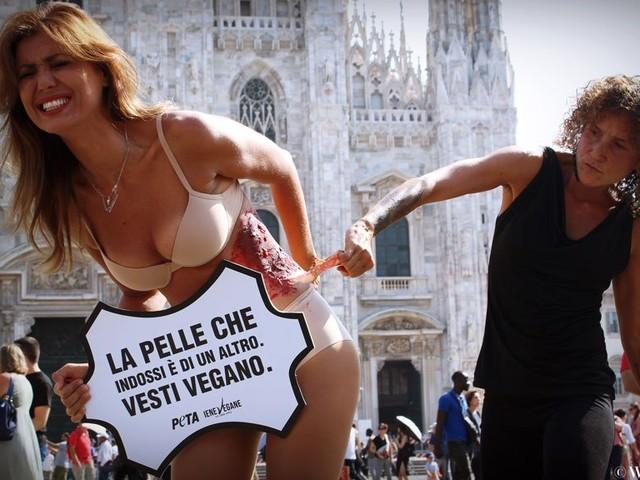 Daniela Martani 'si è strappata la pelle': protesta animalista alla Milano Fashion Week. Reazioni sul web
