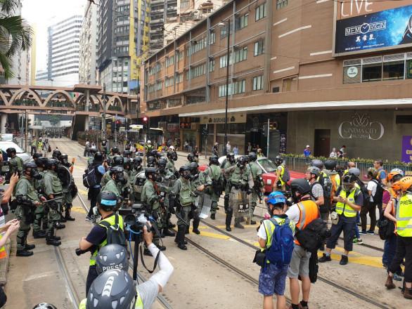 Hong Kong, migliaia in piazza mentre il governo invita alla calma