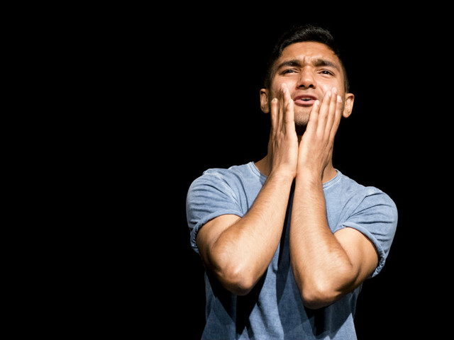 """In prima assoluta al Teatro Studio Uno """"Amido"""" di e con Alì Bhatti: in scena la sua storia vera e personale di giovane migrante"""