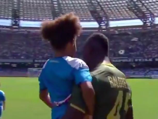 """""""Bellissima"""". Pia Balotelli, sorpresa in campo con papà Mario. Baby 'Balo' incanta tutti"""