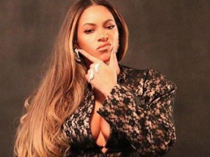 Beyoncé: la foto della scollatura da capogiro fa impazzire i fan