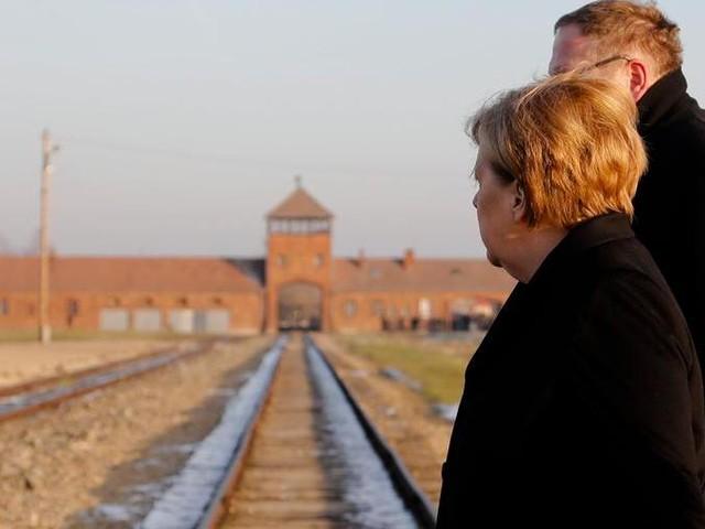 "Merkel ad Auschwitz cita Primo Levi: ""È successo, può succedere ancora"" "