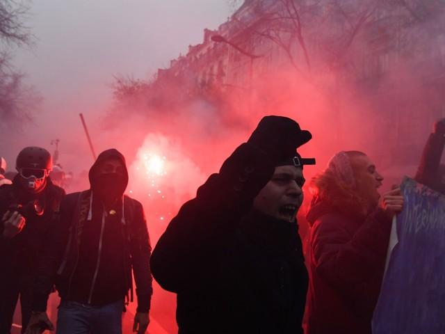 La Francia sotto assedio e guerriglia a Parigi: il giovedì nero di Macron