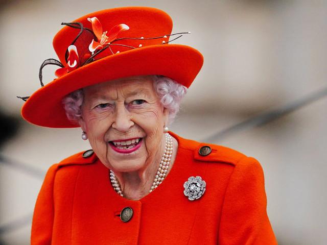 Elisabetta II è già tornata al lavoro sulle sue carte