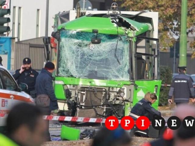 Milano, è morta la donna rimasta coinvolta nell'incidente tra il filobus e il camion dei rifiuti