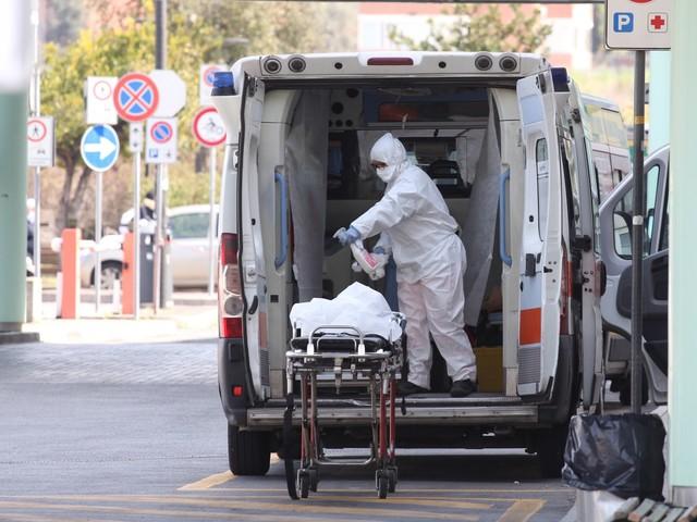 Positivo al coronavirus, migrante strattona i medici e fugge dall'ambulanza