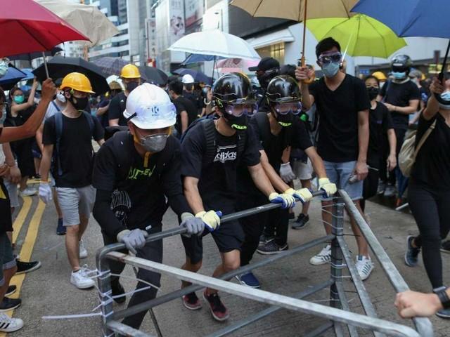 """Proteste a Hong Kong, aeroporto occupato e voli cancellati   La Cina: """"Sono atti di terrorismo"""""""