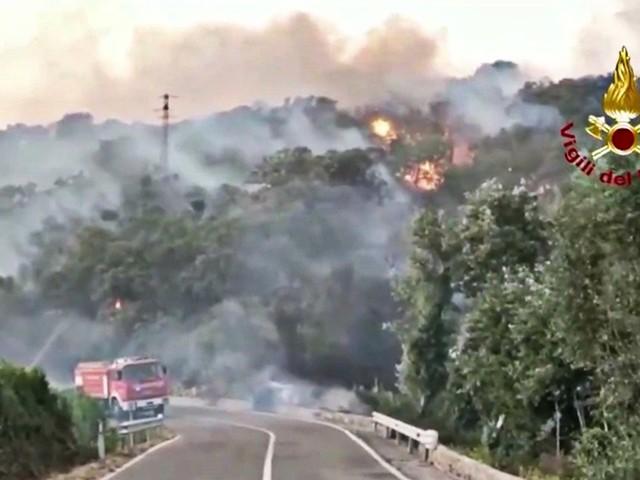 Rogo nell'Oristanese, la Sardegna continua a bruciare: allerta per la rotazione dei venti