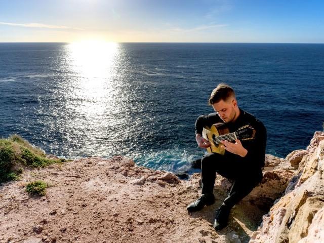 Il chitarrista Lorenzo Bernardi da Trento alla tournée indiana in omaggio al mandolino