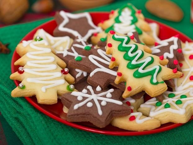 Biscotti natalizi con la glassa: la ricetta che profuma di limone. Ottimi anche come idea regalo