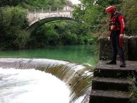 Tredicenne scivola nel fiume mentre gioca con i compagni di scuola e annega sotto i loro occhi