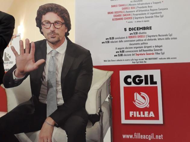 Napoli, la Cgil sostituisce l'assente Toninelli con un suo cartonato