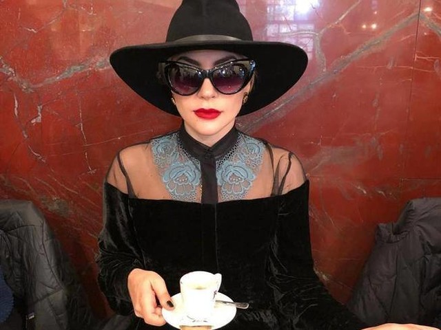 Cappello e occhiali neri: a Milano è arrivata Lady Gaga. E si beve un caffè