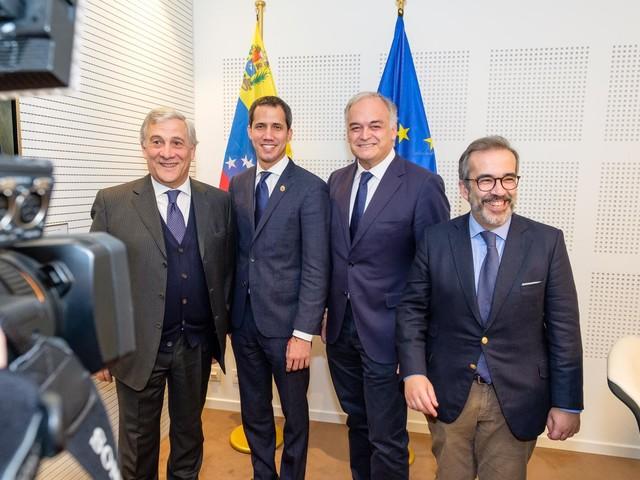 """Venezuela, Tajani incontra Guaidò e bacchetta l'Italia: """"Deve fare di più"""""""
