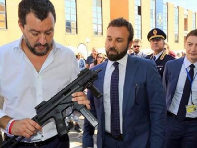 """Il Tg2 """"assolve"""" Salvini col mitra, è polemica: """"Uso indegno del servizio pubblico"""""""