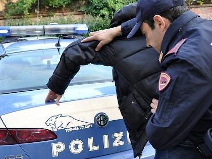 Torino, straniero urla Allah Akbar e aggredisce poliziotti con una spraga: feriti e paura